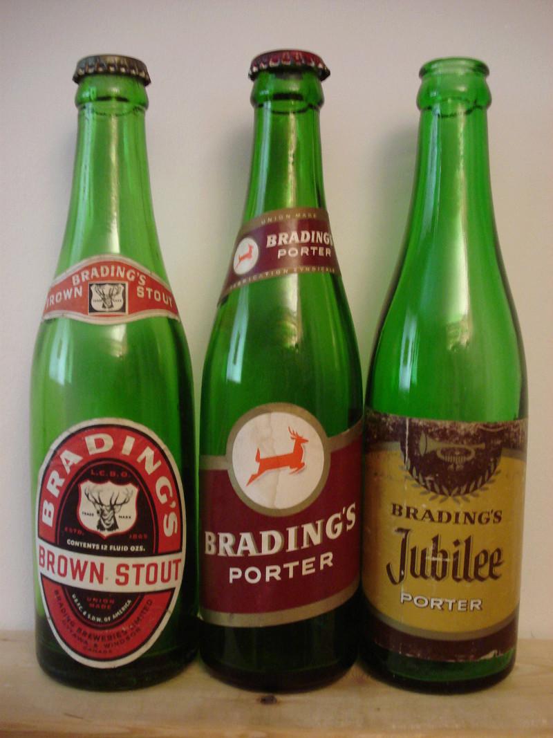 La bière Brading, bouteilles et objets de brasserie. 00910