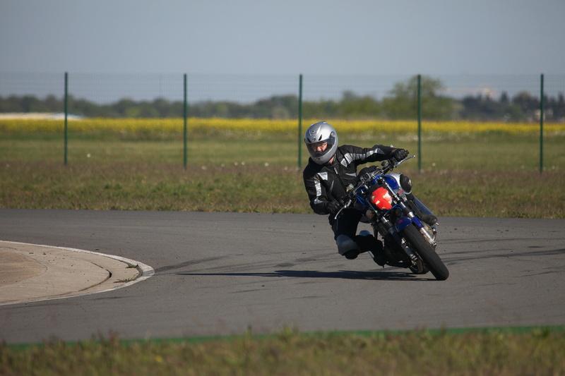 un tour de piste (circuit de fontenay le comte) JOHAN vtr - roadster Img_8310