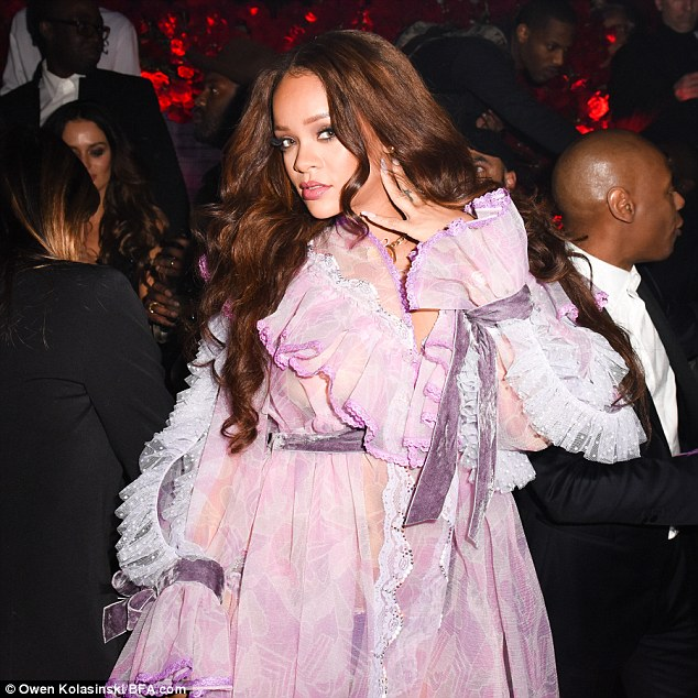 Rock rihannas style: Get fashion inspiration and  Steal the beauties many looks. 3d2e4d13