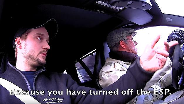 Déguisé en vieillard, Petter Solberg terrorise des dépanneurs sur un parking 16020410