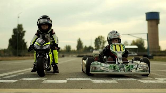 Une course entre deux enfants de 2 et 4 ans; oui, vous ... 2-vs-410