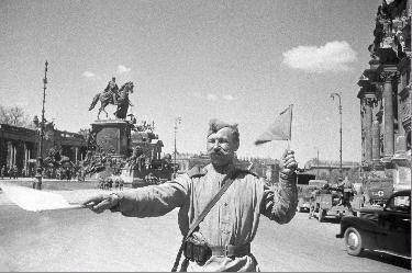 Soldate soviétique à Berlin , fin mai 1945 18397310