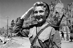 Soldate soviétique à Berlin , fin mai 1945 Arton210