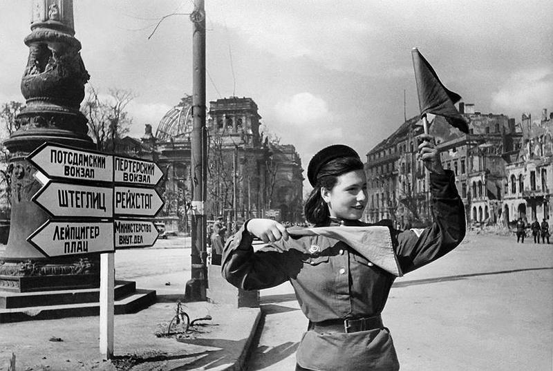 Soldate soviétique à Berlin , fin mai 1945 Kog_1310
