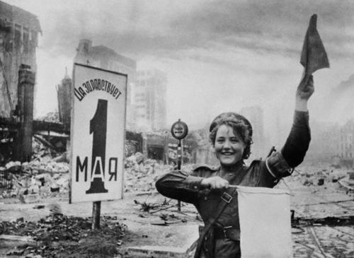 Soldate soviétique à Berlin , fin mai 1945 Konets10