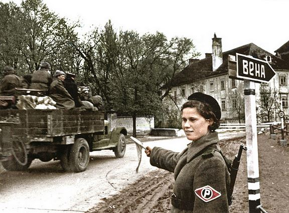 Soldate soviétique à Berlin , fin mai 1945 Police10