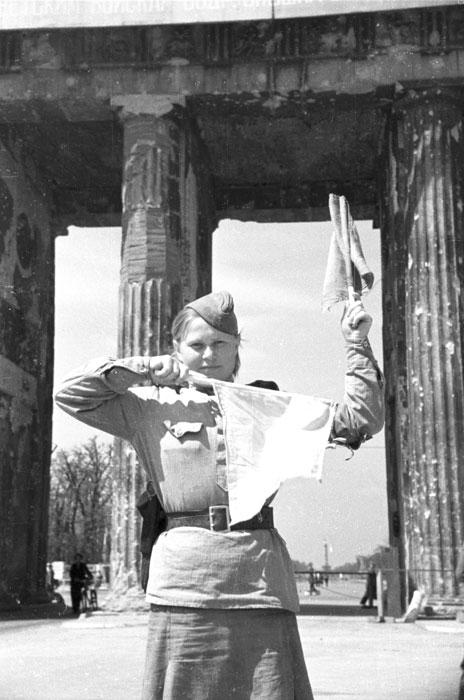 Soldate soviétique à Berlin , fin mai 1945 Terre-10