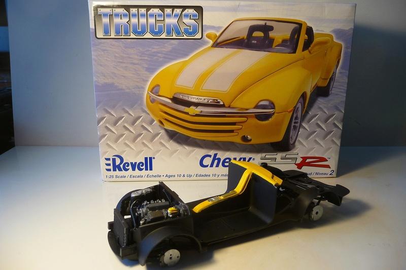 REVELL TRUCKS 1/25éme-  CHEVY SSR Pickup  réf= 85-7206 P1070217
