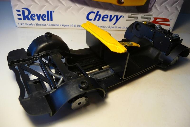 REVELL TRUCKS 1/25éme-  CHEVY SSR Pickup  réf= 85-7206 P1070220