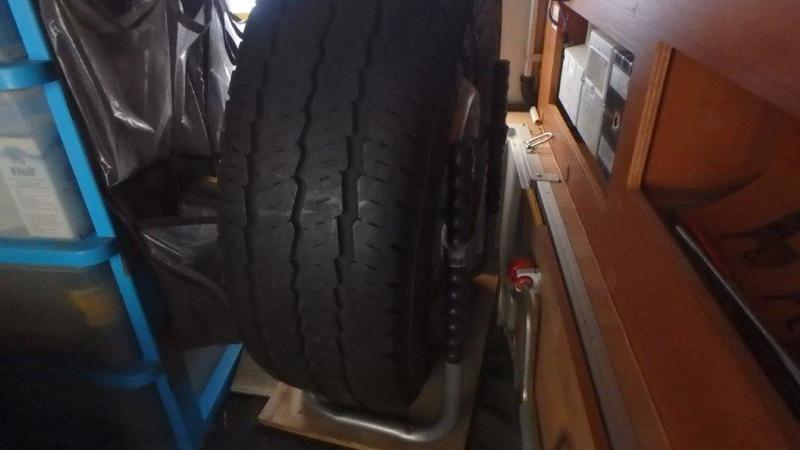 [INFOS Techniques] Comment fixer roue de secours en soute ? P3050012