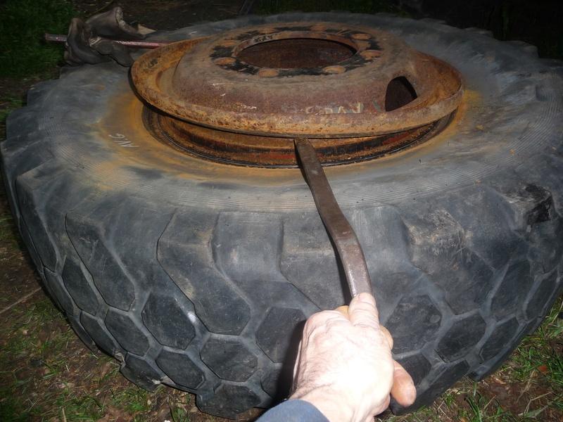 Démontage d'un pneu sur jante à cerclage (ou jante à cercle) P1100011
