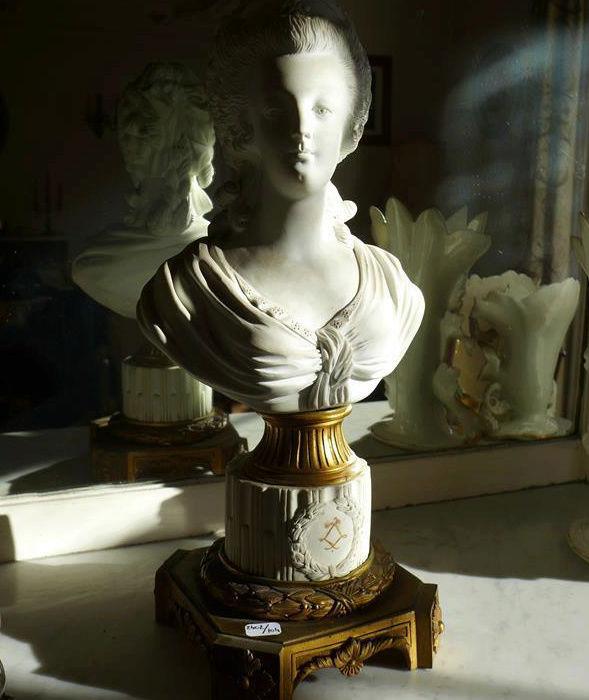 A vendre: bustes Marie Antoinette - Page 6 Zzclau13