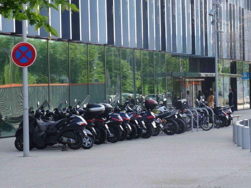 Stationnement des scooters et motos Dsc00510