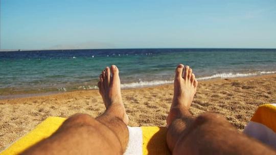 Que regardez vous le plus souvent à la plage ? 1leg10