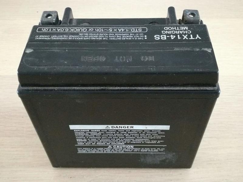 Batterie Yuasa YTX-14BS XJR 1300 Img_2032