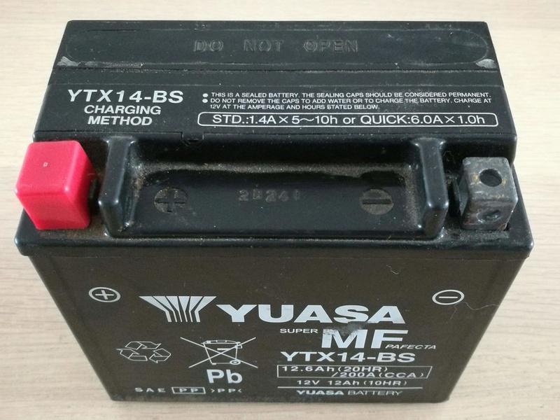 Batterie Yuasa YTX-14BS XJR 1300 Img_2035