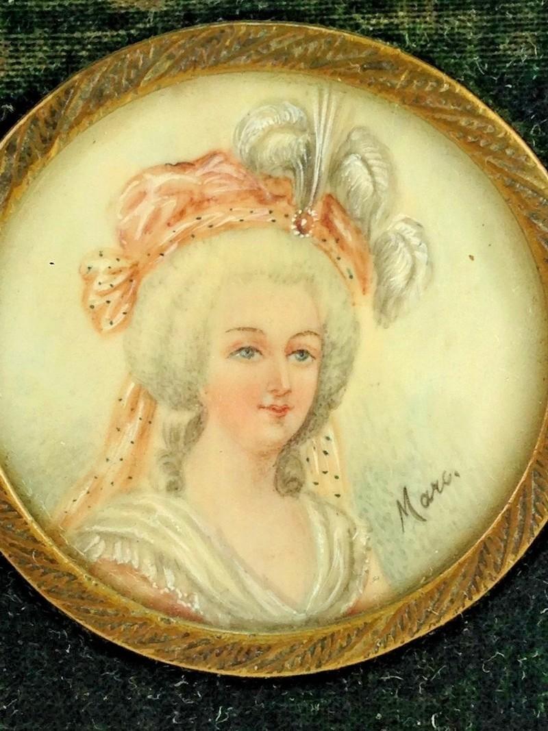 Marie-Antoinette en robe rouge sans ses enfants - Page 2 S-l16012