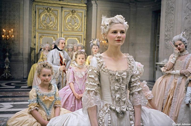Les robes portées par les Marie Antoinette de nos écrans C124-110