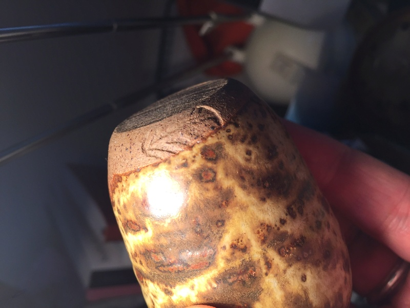 Tiny pot with a leaf mark? Img_1428