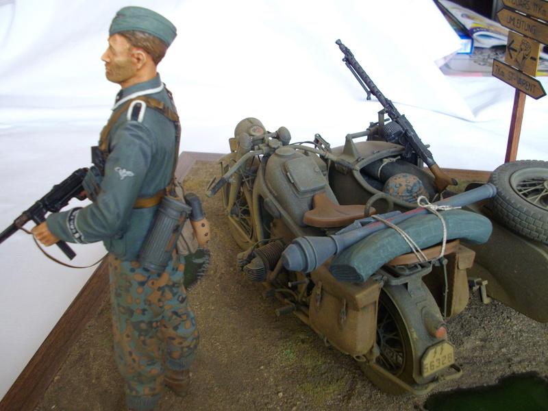 Figurine de Panzergrenadier Verlinden au 200 mm + BMW 750 side car Esci 1/9 Imgp0824