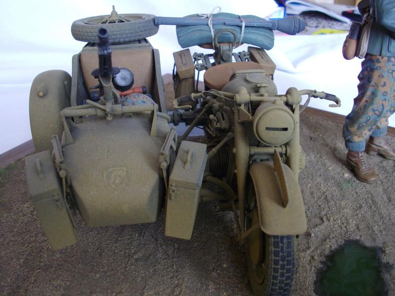Figurine de Panzergrenadier Verlinden au 200 mm + BMW 750 side car Esci 1/9 Imgp0828