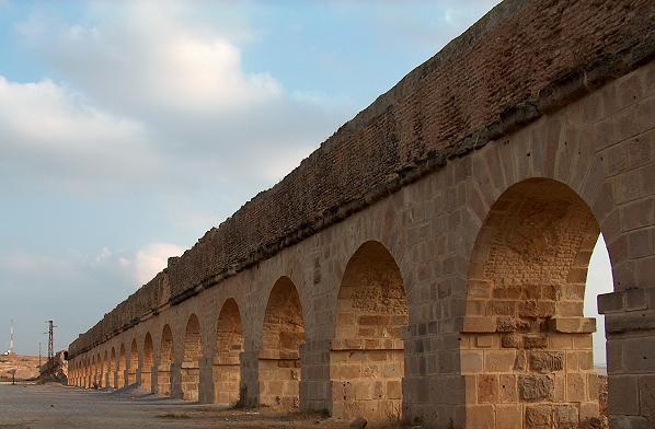 Les Aqueducs : acheminer l'eau  Oudna010