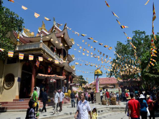 Những người 'mình đồng da sắt' mưu sinh trong mùa trẩy hội núi Bà Đen tỉnh Tây Ninh  110