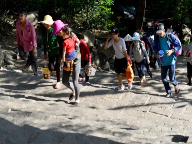 Những người 'mình đồng da sắt' mưu sinh trong mùa trẩy hội núi Bà Đen tỉnh Tây Ninh  1a11