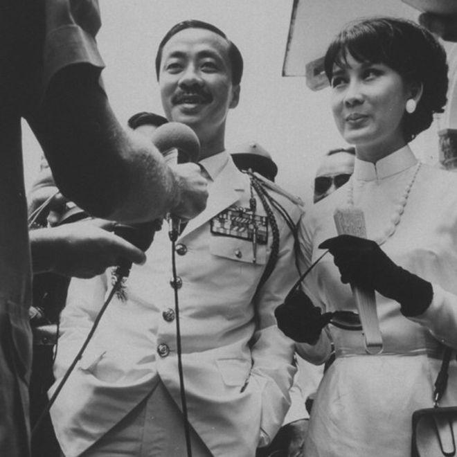 Chùm ảnh đẹp của 1 lãnh đạo VNCH với những năm tháng bên 1 hoa khôi Sài Gòn 1c13