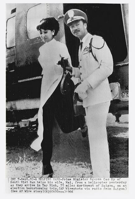 Chùm ảnh đẹp của 1 lãnh đạo VNCH với những năm tháng bên 1 hoa khôi Sài Gòn 1eee10