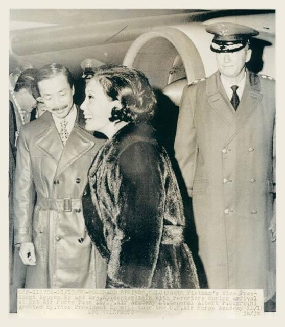 Chùm ảnh đẹp của 1 lãnh đạo VNCH với những năm tháng bên 1 hoa khôi Sài Gòn 220