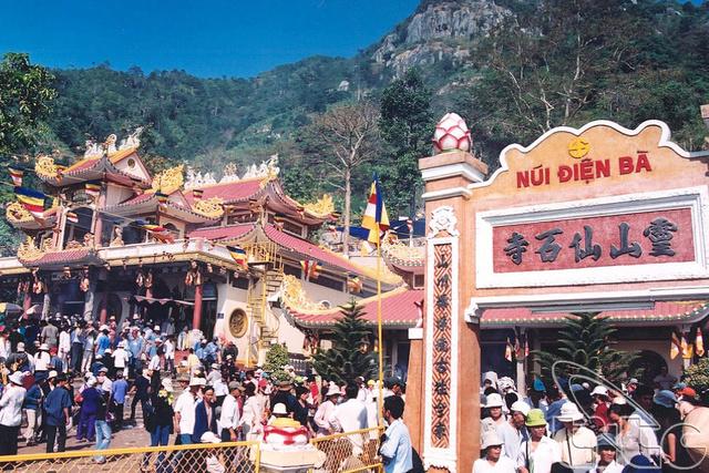Những người 'mình đồng da sắt' mưu sinh trong mùa trẩy hội núi Bà Đen tỉnh Tây Ninh  54lhnu10