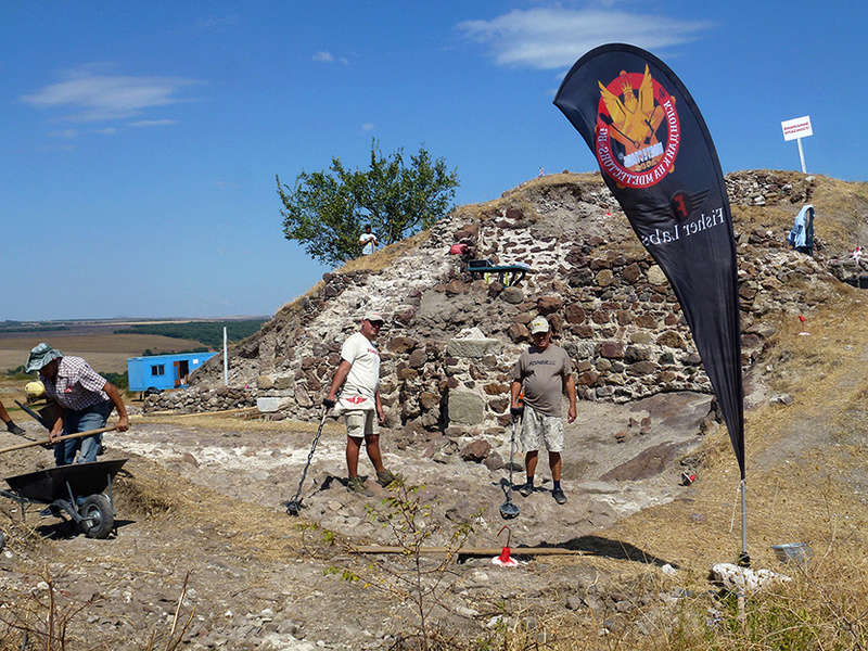 При археологическите си разкопки РИМ БУРГАС Работят с Металотърсачи Fisher F75 P1270010
