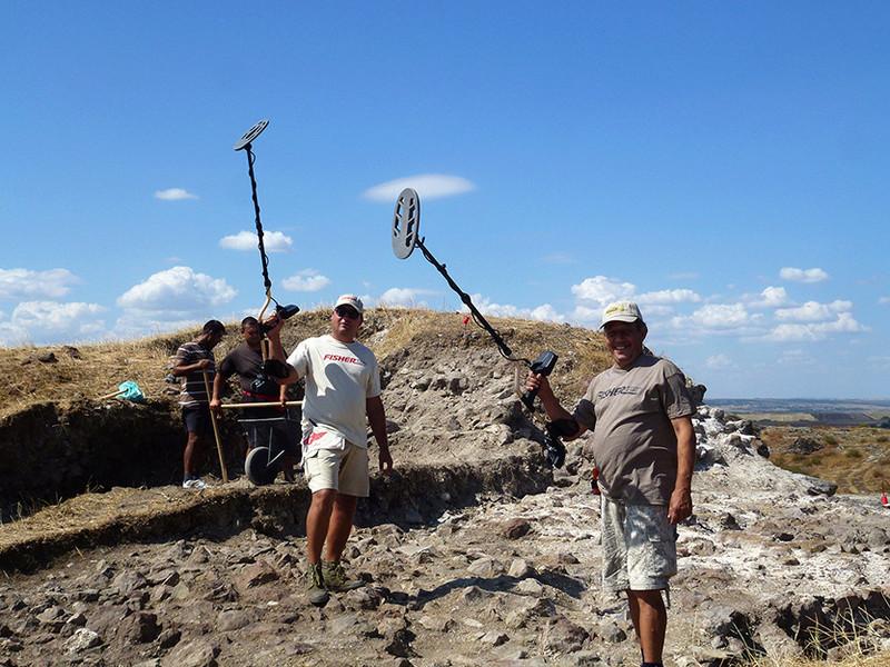 При археологическите си разкопки РИМ БУРГАС Работят с Металотърсачи Fisher F75 P1270011