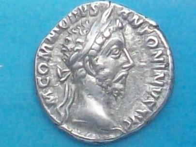 Denario de Cómodo. TRP VIII IMP VI COS IIII PP. Salus estante a izq. Ceca Roma. 102_4076