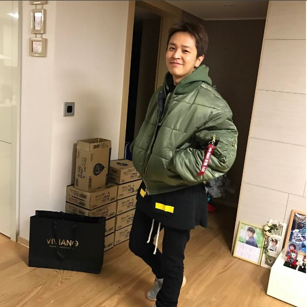 Kim Jeong Hoon luciendo productos de los auspiciadores 2017 Foto_022