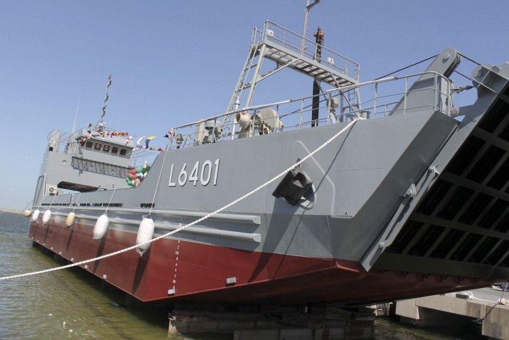 أبوظبي لبناء السفن تسلم سفينة إنزال لقوات الدفاع الكويتية P1700210