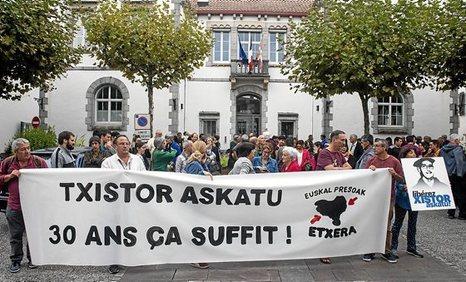"""Euskal Herria: Una multitud exige """"respeto a los derechos"""" de presos y exiliados. [vídeo] - Página 4 1009_e10"""