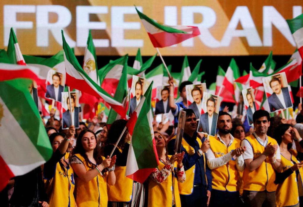Francia acusa a Irán de un atentado frustrado en junio en las afueras de París contra la reunión anual de los Muyaidines del Pueblo iraníes. 15385010
