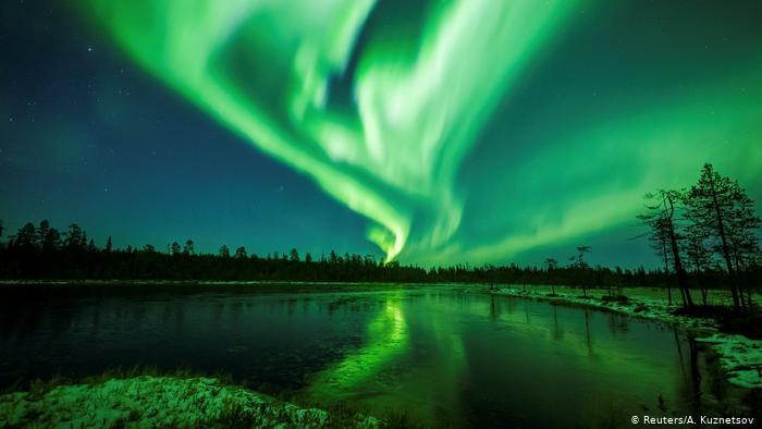 Las auroras boreales son generadas por ondas electromagnéticas, durante tormentas geomagnéticas. 45807110