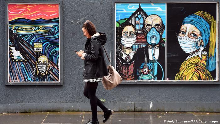 """Glasgow [Escocia]: Reinterpretan en la calle obras de arte: """"El grito"""" de Edvard Munch, """"American Gothic"""" de Grand Woods, y """"La jóven de la perla"""" de Jan Vermeer. 56817410"""