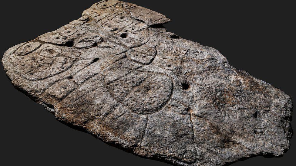 Hallan en la losa de Saint-Bélec encontrada en Bretaña, el mapa en relieve más antiguo en Europa. [Historia] _1178510