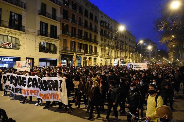 Encarcelado el rapero Pablo Hasél tras ser detenido por los Mossos en la Universidad de Lleida. Manifestaciones de apoyo y denuncia en distintas ciudades. Barcel10