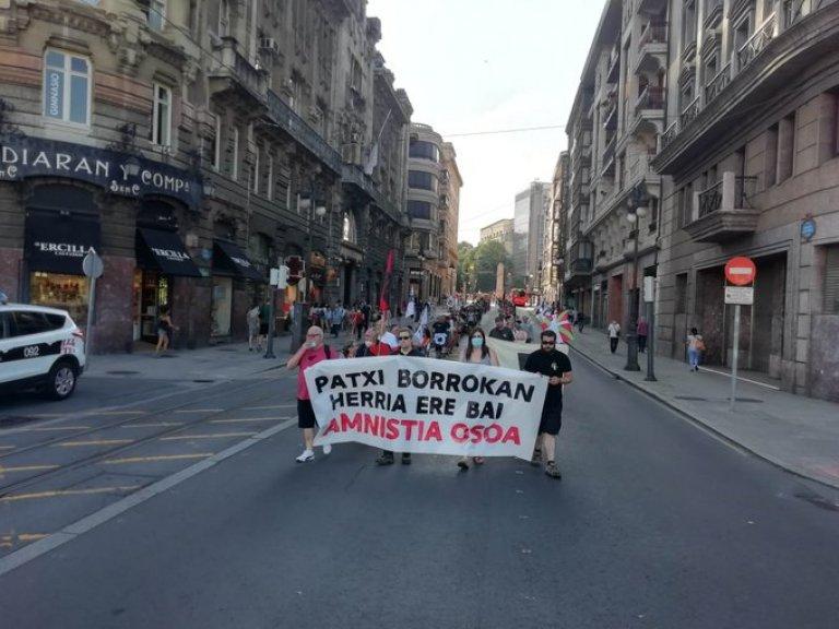 """Euskal Herria: Una multitud exige """"respeto a los derechos"""" de presos y exiliados. [vídeo] - Página 4 Jarrai10"""
