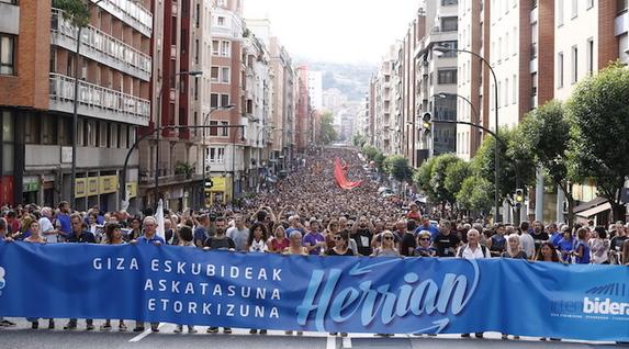 """Euskal Herria: Una multitud exige """"respeto a los derechos"""" de presos y exiliados. [vídeo] - Página 4 Manife10"""