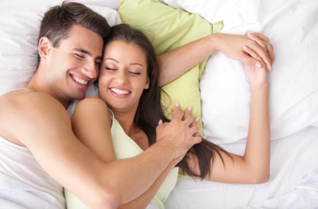 تعرفي علي فوائد نومك في  أحضانِ زوجكِ! Couple12