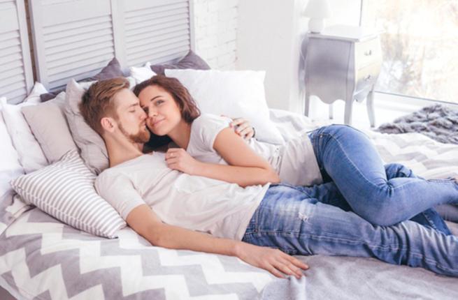 أفكار عبقرية لعلاقة حميمية ممتعة أثناء الدورة الشهرية Couple14
