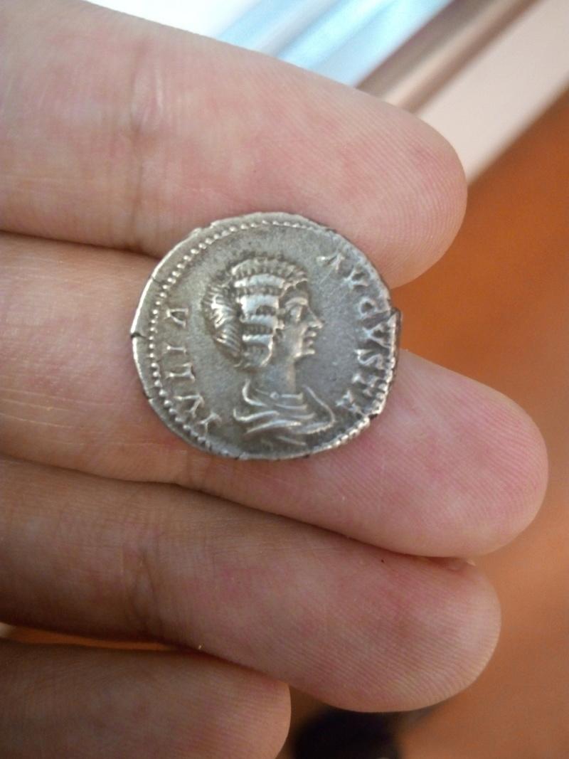 Denario de Julia Domna. SAECVLI FELICITAS. Isis estante a dcha. Ceca Laodicea ad Mare. Img_2018
