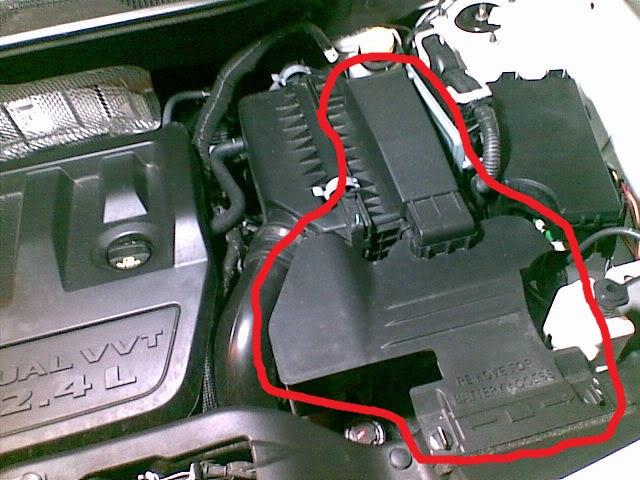 крышка аккумулятора или продолжение корпуса воздушного фильтра 04152011