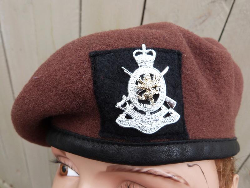 Le béret brun des King's Royal Hussars P1150262